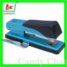 O produto / agrafadora de papelaria com removedor de grampos
