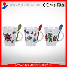 Taza de café con cuchara, taza de cerámica con cuchara en la manija