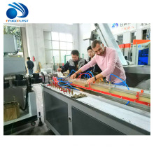 Línea plástica de la máquina de la producción de la protuberancia del extrusor del perfil de la puerta de la ventana del PVC PE WPC