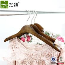 Colgador de ropa clásico de madera de ashtree para ropa de mujer