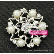 Petite broche en perle simulée blanche