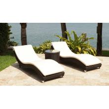 Rattab meubles de jardin osier Patio Sunlounger près de la piscine en plein air