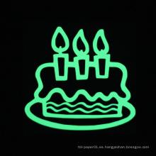 Etiqueta engomada de la torta de cumpleaños Etiqueta de la pared luminosa Resplandor en la decoración casera oscura Etiqueta engomada del cumpleaños
