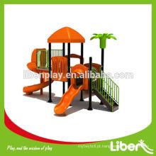 Crianças brincam equipamentos para parque