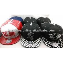 Os chapéus e os tampões os mais atrasados da forma da forma com logotipo do bordado da alta qualidade e borda da forma