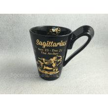 Taza impresa de la etiqueta engomada del oro, taza negra con la impresión de la etiqueta del oro