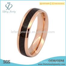 Titanio de anillo de oro rosa con anillo de compromiso de fibra de carbono