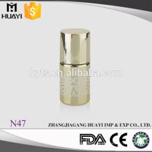 botella de esmalte de uñas de gel de oro con tapa de oro y cepillo