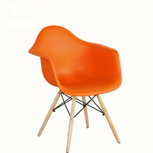 Bunte hölzerne Beine und Plastiksitzstuhl des Sitzes aus PP