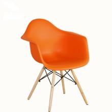 Pernas de madeira coloridas e PP assento cadeira de jantar de plástico