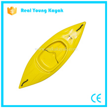 Una persona se sienta en el barco de plástico Deportes Kayak