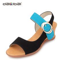 As mulheres as mais atrasadas da cunha da forma projetam sapatas do deslizador das sandálias das mulheres do salto alto