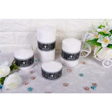 Bougie de pilier blanche à surface lisse