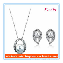 Ожерелья и серьги из бижутерии