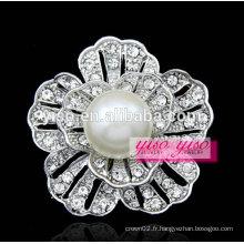 Broche en perle à la pureté florale de la mère-perle blanche