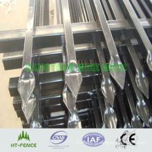 Cerca de prensado de metal afilado