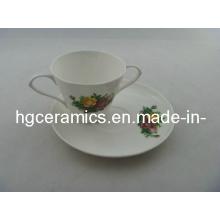 Taza de porcelana china con doble mango y platillo
