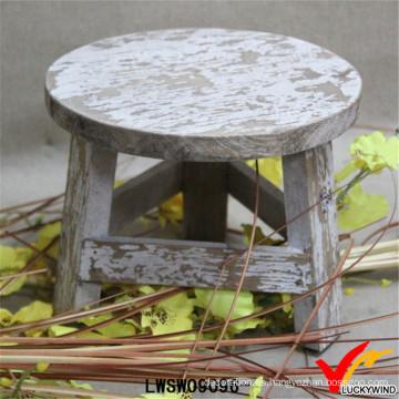 Pequeño taburete de madera hecho a mano