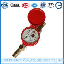 Un medidor de flujo de agua caliente a chorro con esfera seca