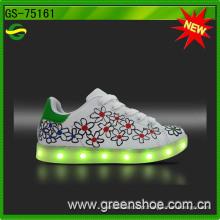 O diodo emissor de luz pequeno das crianças de MOQ ilumina acima as sapatas cobráveis