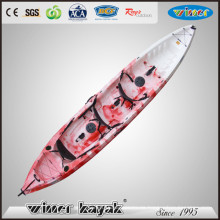 3 Paddlers Max sitzen auf Top Creational Plastic Kayak