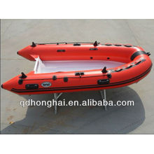 bateau à moteur en fibre de verre