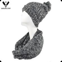 Bufanda y sombrero hechos punto del espacio