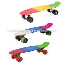 3 ruedas del monopatín de la cubierta de los colores y monopatín eléctrico