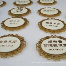 Placas de nombre hechas de acero utilizado en el hotel