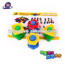 Plastikschraube und Nussspielzeug