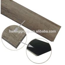 tapete de pvc de madeira olhando no rolo