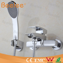 en grifo de ducha de baño monomando montado en la pared con manguera y microteléfono
