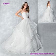 Machen Sie einen Eingang in diesem trägerlosen Organza Ballkleid Brautkleid mit Schichten Rock und Knöpfe auf der Rückseite