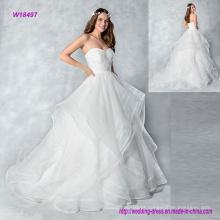 Fazer uma entrada neste strapless organza vestido de baile vestido de noiva com camadas de saia e botões para baixo as costas