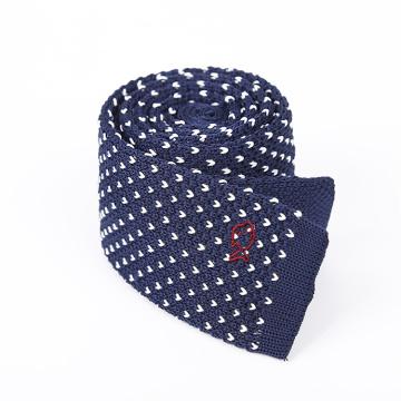 Cravate faite sur commande de tricot de laine bleue des hommes de broderie de poissons avec l'extrémité plate