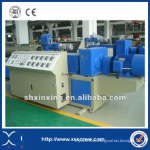 Tubería de PVC que hace la línea de la maquinaria