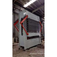 Máquina de imprensa quente usada na laminação A madeira compensada para a construção