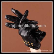 La moda diseñó las mujeres que usan guantes con las uñas de cuero