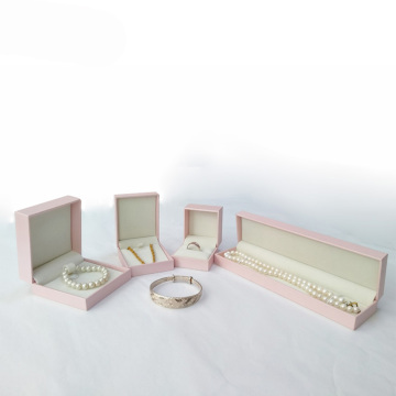 Розовая подарочная коробка для дам