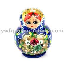 Produce muñecas de anidación artesanal de madera usadas para souvenir turístico