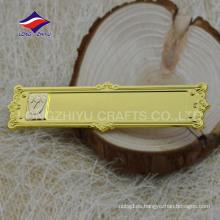 La insignia rectangular del perno al por mayor del oro realzado para los bolsos