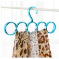 Красочные пластиковые кружки вешалкой для одежды и шарф