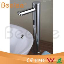 Grifo para baño con sensor automático montado en la plataforma