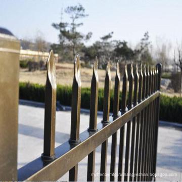 горизонтальные алюминиевые заборчиком дети играют забор