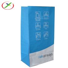 weiße Packtasche aus Kraftpapier