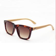 Homens novos de madeira e óculos de sol do quadro do PC das mulheres