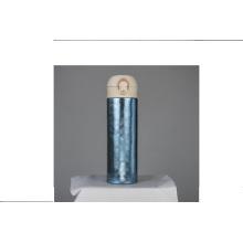 Un botón presiona el matraz térmico de viaje a prueba de fugas de agua