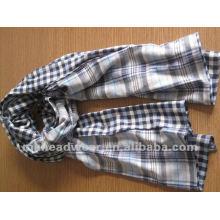 Модный сплетенный шарф в полосатом узоре