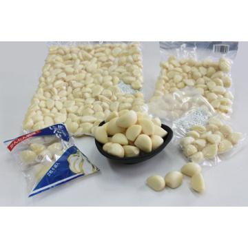 Frisch geschälte Knoblauchzehen mit Vakuum und Stickstoff