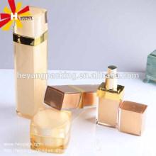 Bouteille de sérum cosmétique carré doré de luxe